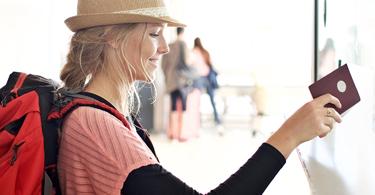 Jeune femme donne son passeport à la douane